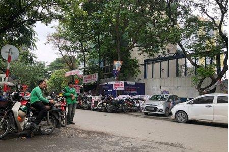 Bãi trông xe trái phép mọc lên như nấm, UBND phường Giáp Bát ở đâu?