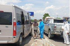 Người đàn ông tàn tật đạp xe từ TP.HCM về Phú Thọ tránh Covid-19