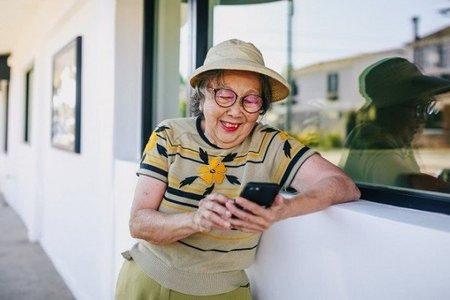 Nhiều người cao niên ở Singapore chuyển sang mua sắm trực tuyến