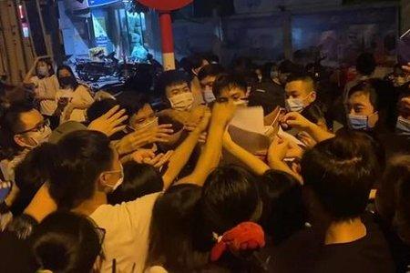 Bí thư Hà Nội yêu cầu làm rõ trách nhiệm vụ chen lấn khi đi tiêm vaccine