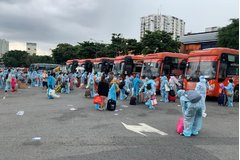 Gần 300 thai phụ và trẻ em từ TP.HCM về Quảng Ngãi
