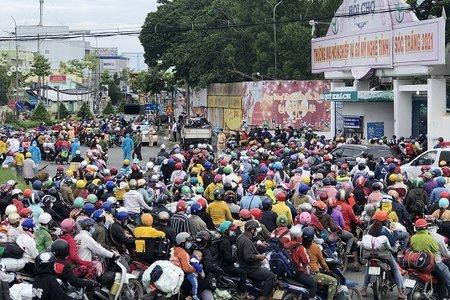 Hàng trăm F0 trong đoàn người từ TP.HCM, Bình Dương... về quê