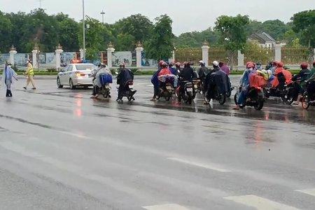 Nghìn người đội mưa chạy xe máy cả nghìn cây số từ Nam về quê