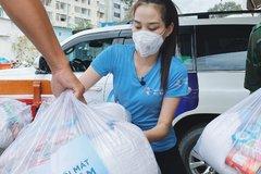 Hoa hậu Đỗ Thị Hà đi phát thực phẩm cho người nghèo, khuyết tật trước thềm Miss World 2021