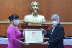 Nữ doanh nhân đi ô tô 1.700km ra Hà Nội trao tiền ủng hộ phòng chống Covid-19